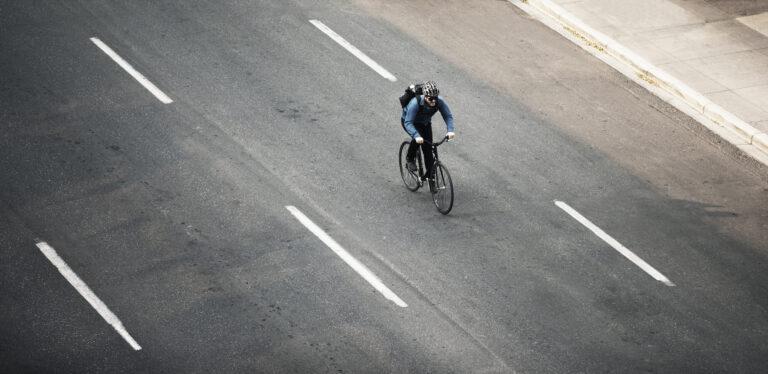 Man fietst op snelweg