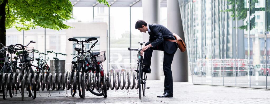 Fiets parkeren voor kantoor