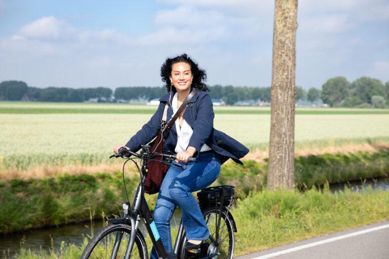Vrouw op e-bike