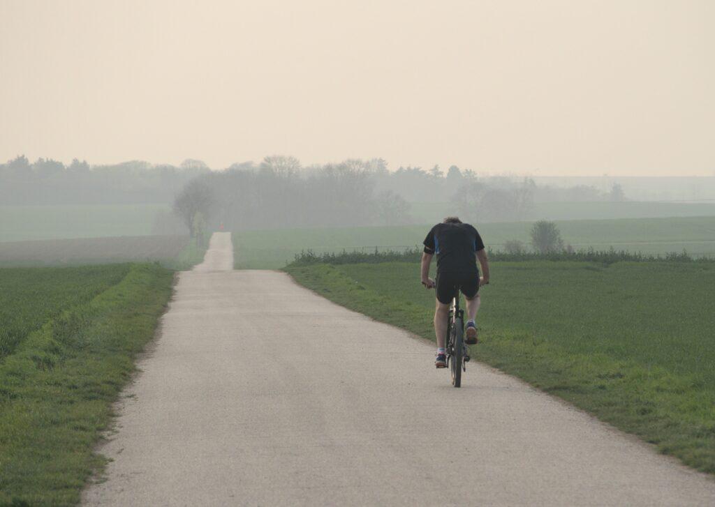 Man fietst in polderlandschap
